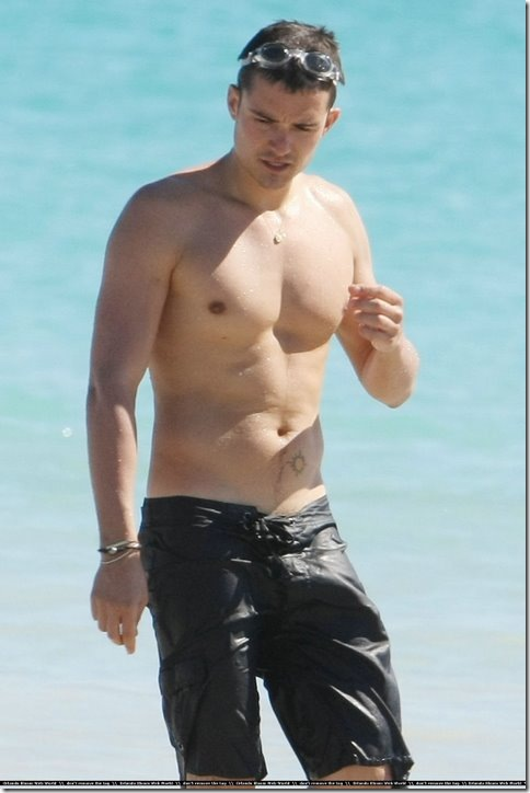 orlando-bloom-shirtless